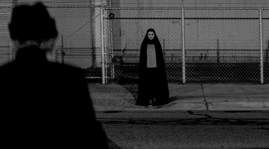 Una imagen de A girl walks home alone at night