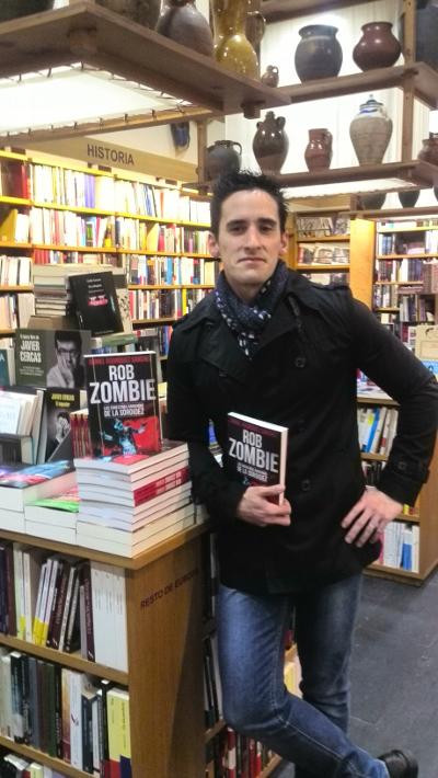 Daniel Rodríguez Sánchez, autor del libro Rob Zombie, las siniestras armonías de la sordidez, posa con su publicación