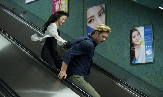 Chris Hemsworth y Tang Wei en una imagen de Blackhat. Amenaza en la red