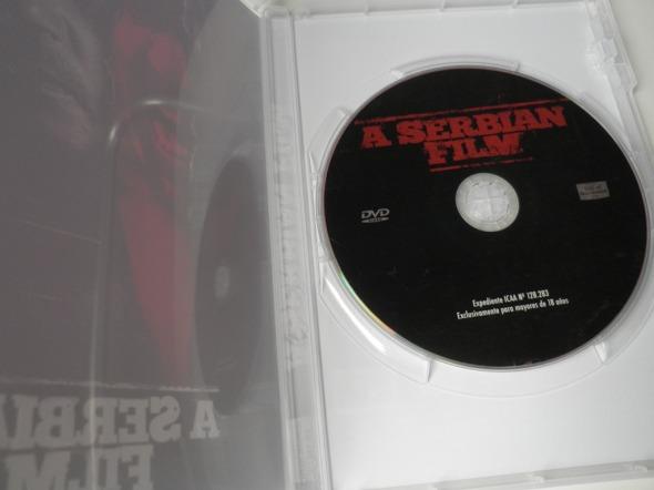 Interior del DVD de A Serbian Film, editado por Vial of Delicatessens