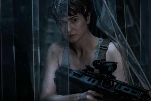 Katherine Waterston como la teniente Daniels