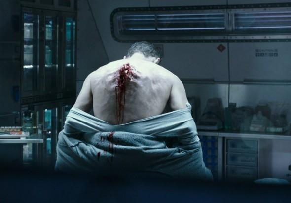 Cuerpo explosionado por un alien en Alien: Covenant