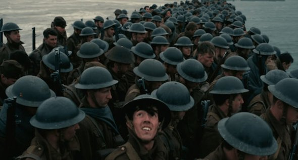 Los numerosos extras se alinean en filas de soldados en Dunkerque, de Christopher Nolan