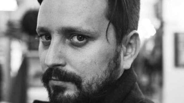 Una fotografía de Aleandro Fadel, director de Muere, monstruo, muere